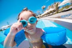 Pojke i simbassängen Fotografering för Bildbyråer