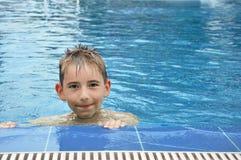 Pojke i simbassäng Arkivfoton