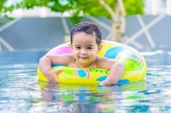Pojke i simbassängen Royaltyfri Bild