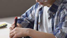 Pojke i skyddande exponeringsglas som reparerar ung och nyfiken IT-personen den HDD, framtida jobb stock video