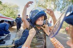 Pojke i skyddande hjälm Royaltyfria Bilder