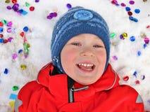 Pojke i snön och konfettierna Royaltyfria Bilder