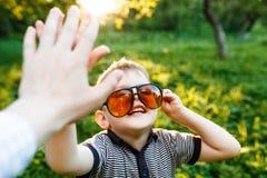 Pojke i solglasögon i sommar, tonat foto arkivbild