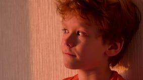 Pojke i solnedgången lager videofilmer