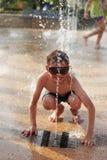 Pojke i springbrunnfärgstänk Royaltyfria Foton