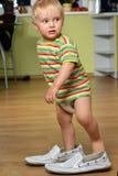 Pojke i stora skor Royaltyfria Foton