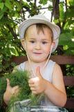 Pojke i trädgården Arkivbild