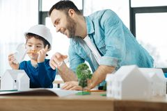 Pojke i undersökande delar för hård hatt av modellen för hus 3D Arkivbild