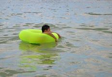 Pojke i uppblåsbar vattenleksak Arkivfoto