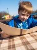 Pojke i utomhus- restaurang Arkivbild