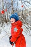 Pojke i vinterskogen Royaltyfria Foton