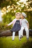 Pojke kysst flicka Arkivbild