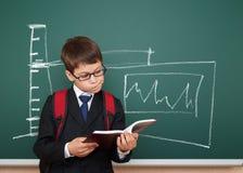 Pojke läst bok om elektricitet Arkivfoton