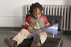 pojke little avläsning Fotografering för Bildbyråer
