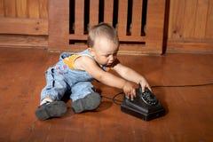 pojke little gammala telefonspelrum Arkivbilder