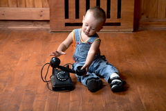 pojke little gammala telefonspelrum Arkivfoto