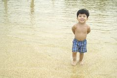 pojke little grunt vatten Royaltyfri Bild