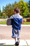 pojke little klar skateboard till Arkivfoto