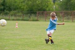 pojke little leka fotboll royaltyfria foton