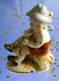 pojke little leka statuette för rør arkivfoton