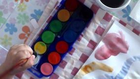 pojke little målning arkivfilmer