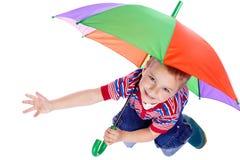 pojke little sittande paraply under Royaltyfri Foto