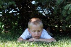 pojke little som är SAD Arkivfoto