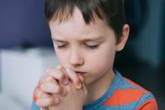 pojke little som ber Bön för pojke` s Arkivbilder