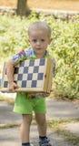 pojke little som går Arkivfoto