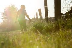 pojke little som går Fotografering för Bildbyråer