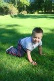 pojke little som leker Royaltyfria Bilder