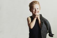 pojke little som ler stilfull frisyr Fashion Children roligt barn Royaltyfri Fotografi