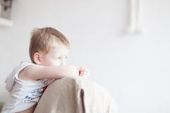 pojke little som är SAD Royaltyfria Bilder