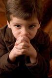 pojke little som tänker Royaltyfri Foto