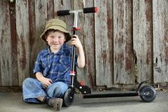 pojke little sparkcykel Arkivbilder