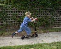 pojke little sparkcykel Fotografering för Bildbyråer