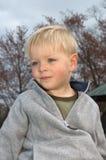 pojke little stående arkivfoton