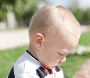 pojke little stående bestraffat olyckligt Royaltyfria Foton