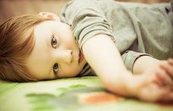 pojke little stående Fotografering för Bildbyråer