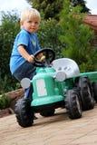 pojke little traktor Arkivbild