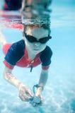 pojke little undervattens- simning Royaltyfri Foto