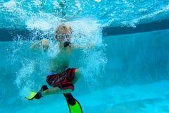 pojke little undervattens- simning Royaltyfria Foton