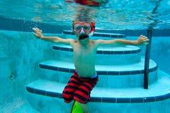pojke little undervattens- simning Fotografering för Bildbyråer