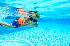 pojke little undervattens- simning Royaltyfria Bilder
