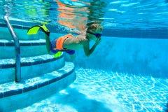 pojke little undervattens- simning Arkivfoto