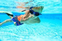 pojke little undervattens- simning Royaltyfri Fotografi