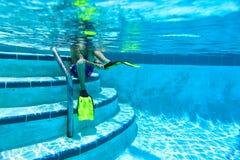 pojke little undervattens- simning Arkivfoton