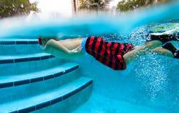 pojke little undervattens- simning Royaltyfri Bild
