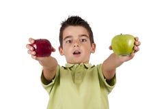 Pojke med äpplen arkivbilder
