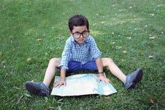 Pojke med översikten Arkivfoto